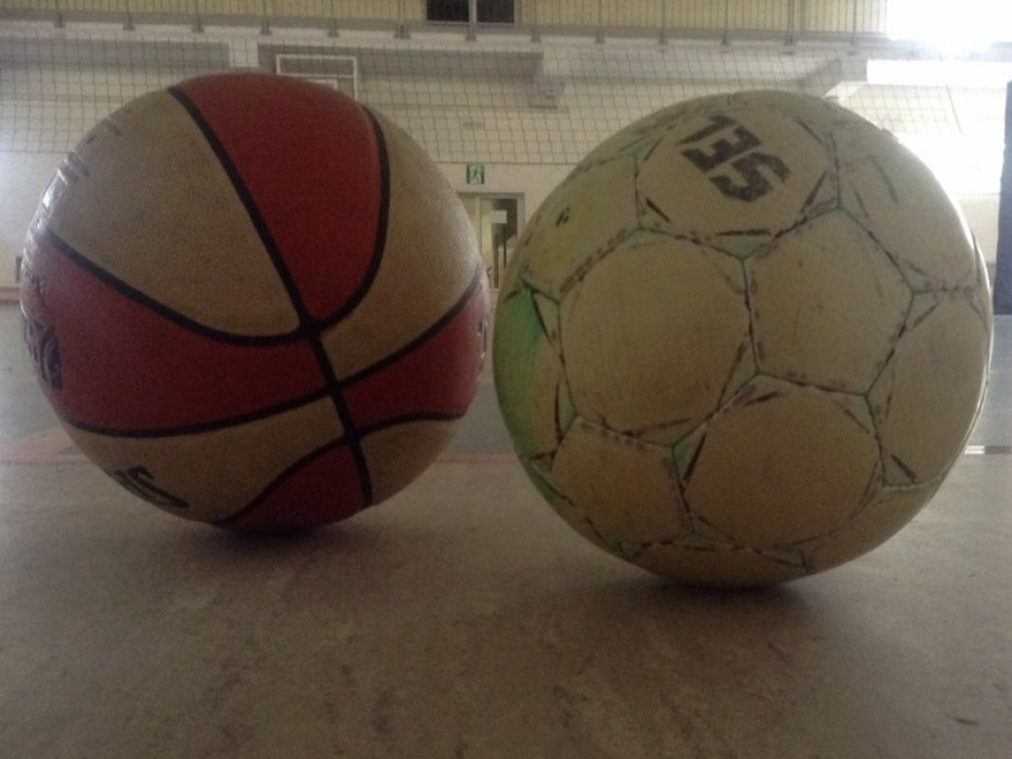 Grają szkolne ligi koszykówki i piłki nożnej
